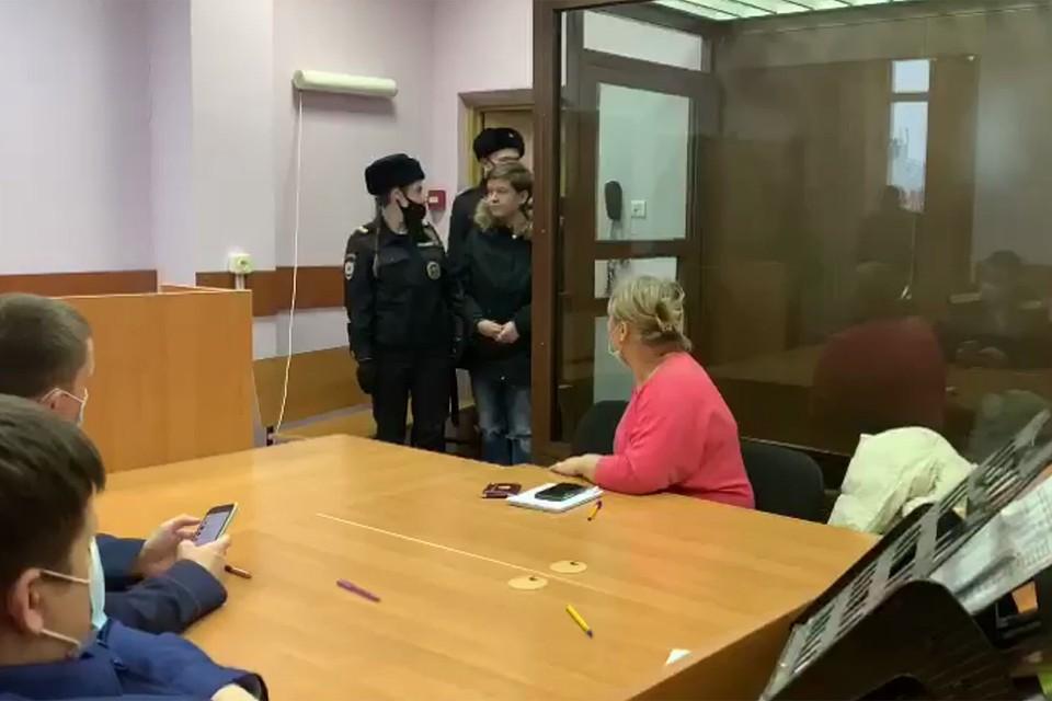 В зал суда молодую женщину завели в наручниках