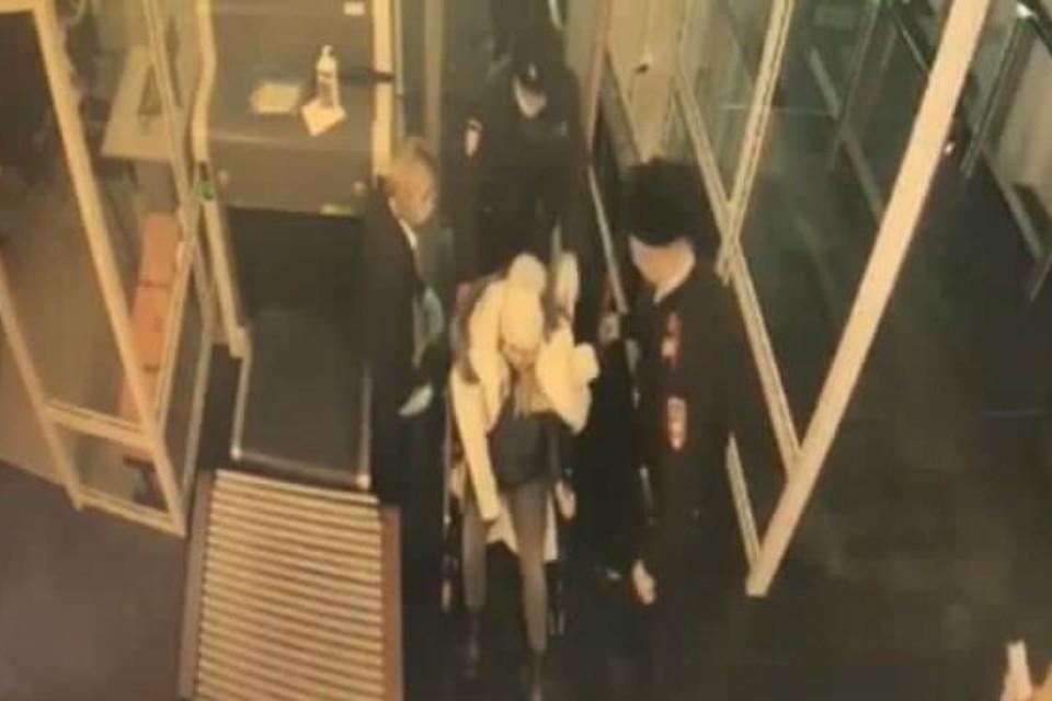 """Схватки начались в терминале»: в аэропорту Иркутска полицейские спасли беременную женщину. Фото: предоставлено """"КП""""-""""Иркутск"""""""