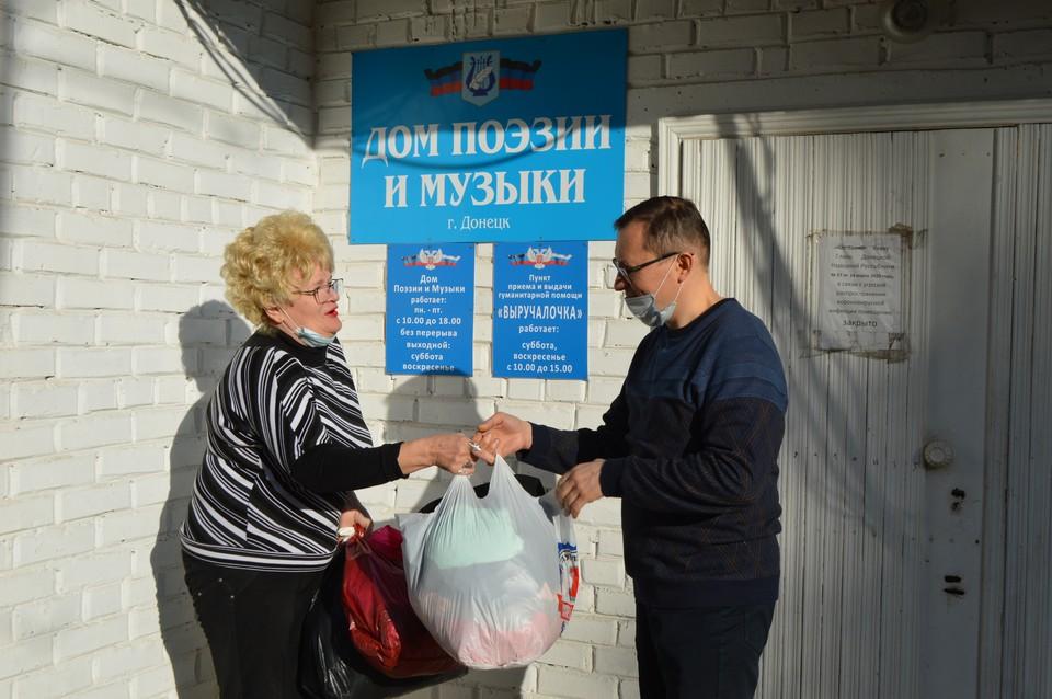 Наш корреспондент передал Галине Николаевне гуманитарную помощь для жителей прифронтовых поселков