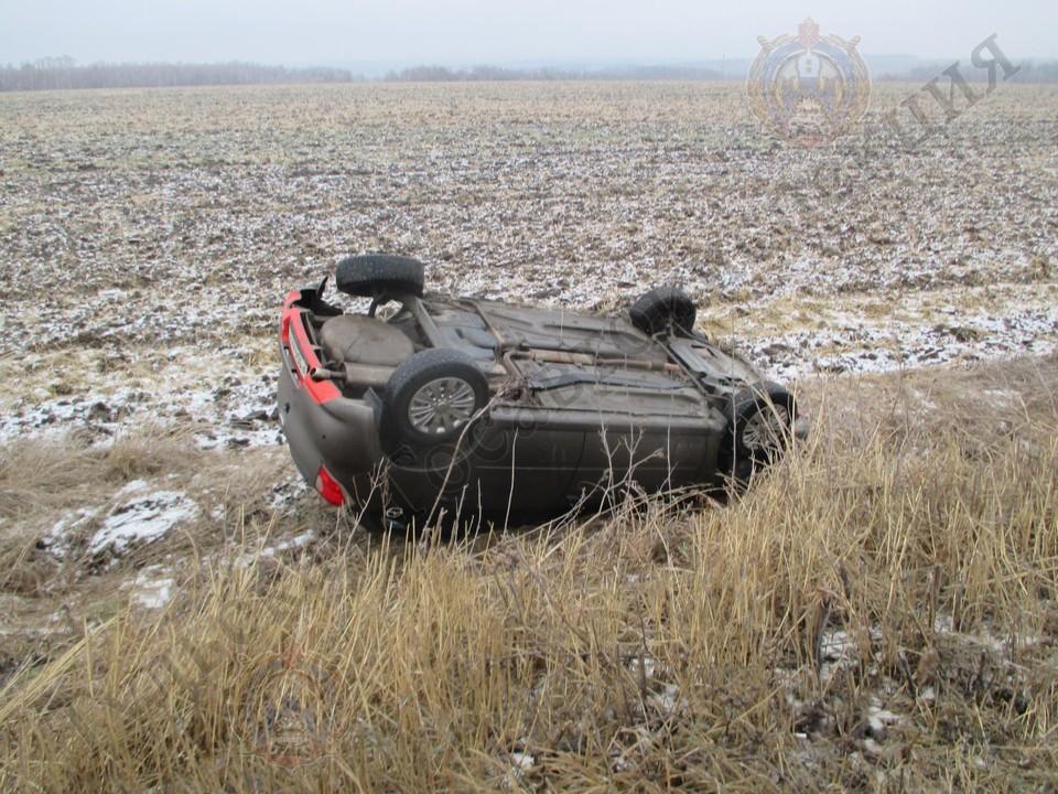 """В Тульской области автоледи на """"Дацун"""" ехала на небезопасной скорости и перевернулась в кювете"""