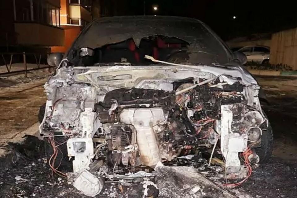 В результате инцидента полностью выгорел моторный отсек автомобиля. Фото: chepetsk.ru