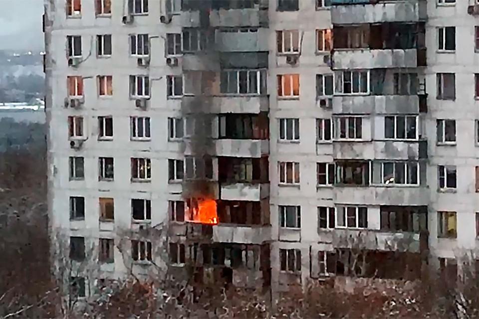 В квартире на Юго-Востоке Москвы раздался хлопок и начался мощный пожар