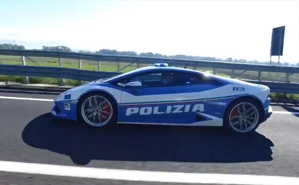 Полицейские доставили донорскую почку для ребенка на Lamborghini. Фото: кадр из видео