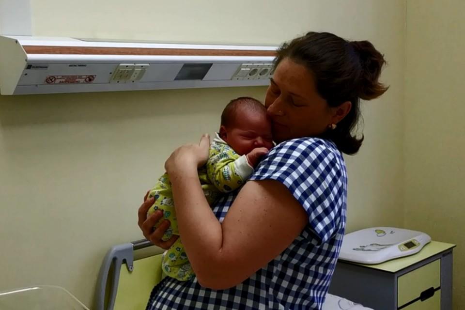 Девочку назвали Настей. Скриншот с видео департамента здравоохранения и фармации Ярославской области