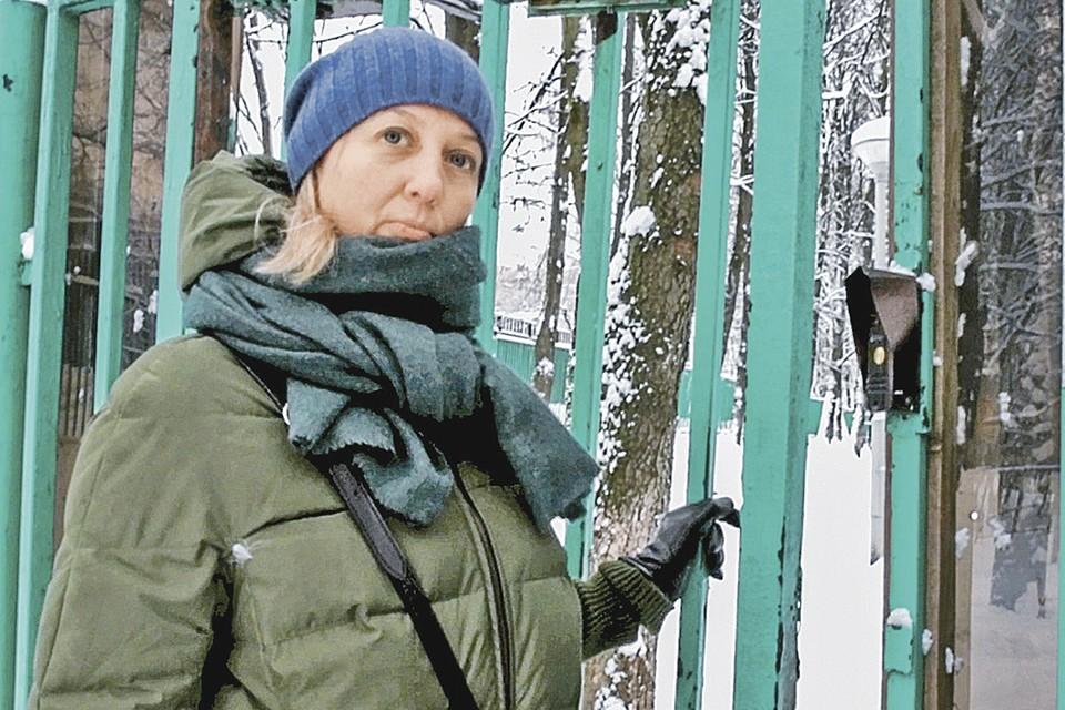 Минут десять Оксана Романова ждала у приюта, когда пустят к дочери. Примерно столько же - само свидание. Фото: Михаил ФРОЛОВ/«КП» - Москва