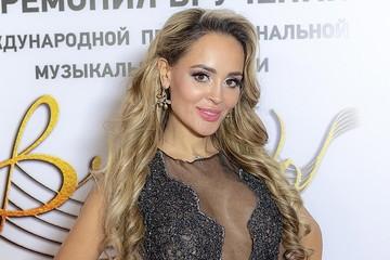 «Разделась перед свадьбой»: Калашникова подарила жениху календарь со своими эротичными снимками