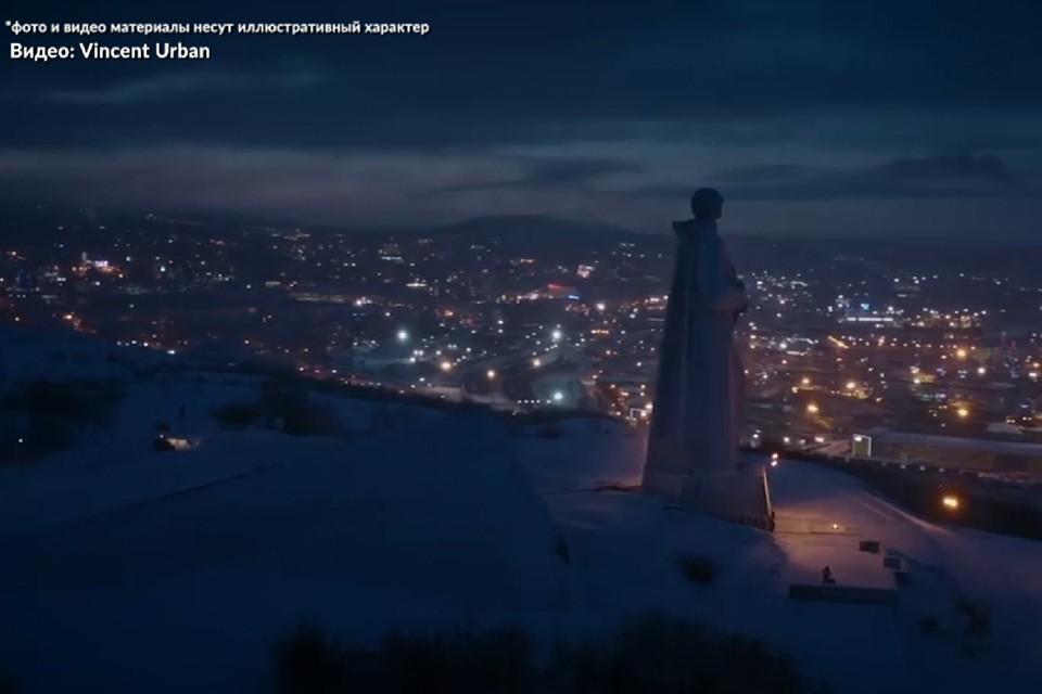Северянам будут знакомы кадры с памятниками «Алеша», «Маяк» и ледоколом «Ленин». Фото: Скринщот видео.