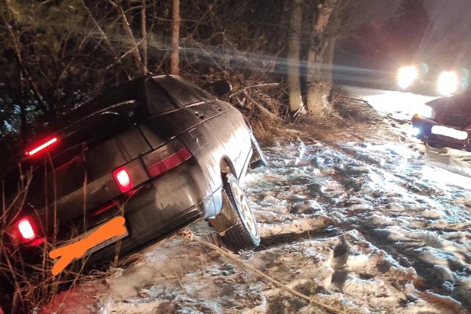 """Отечественный автомобиль подцепили тросами. Фото: группа """"Свободный Дзержинск"""""""