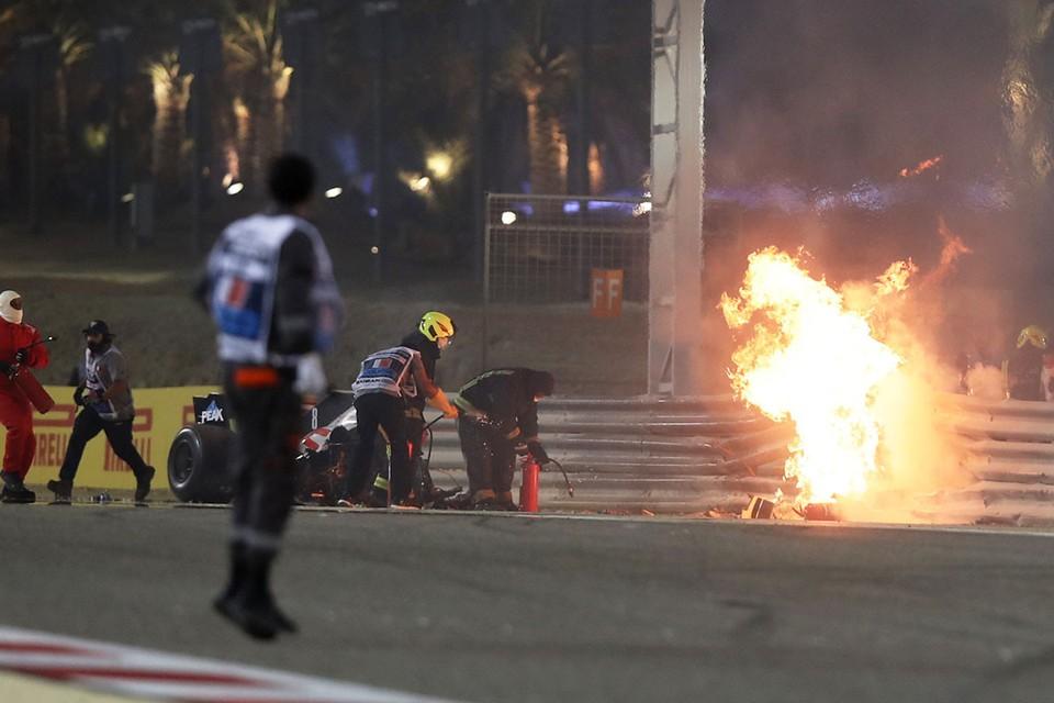 На гонке «Формулы-1» в Бахрейне болид «Хааса» под управлением Ромена Грожана после контакта с машиной российского пилота Даниила Квята вылетел в отбойники и взорвался.