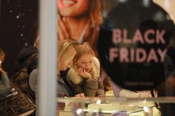 """Пятница больше не """"черная"""": в день распродаж россияне потратили на 40% меньше, чем год назад"""