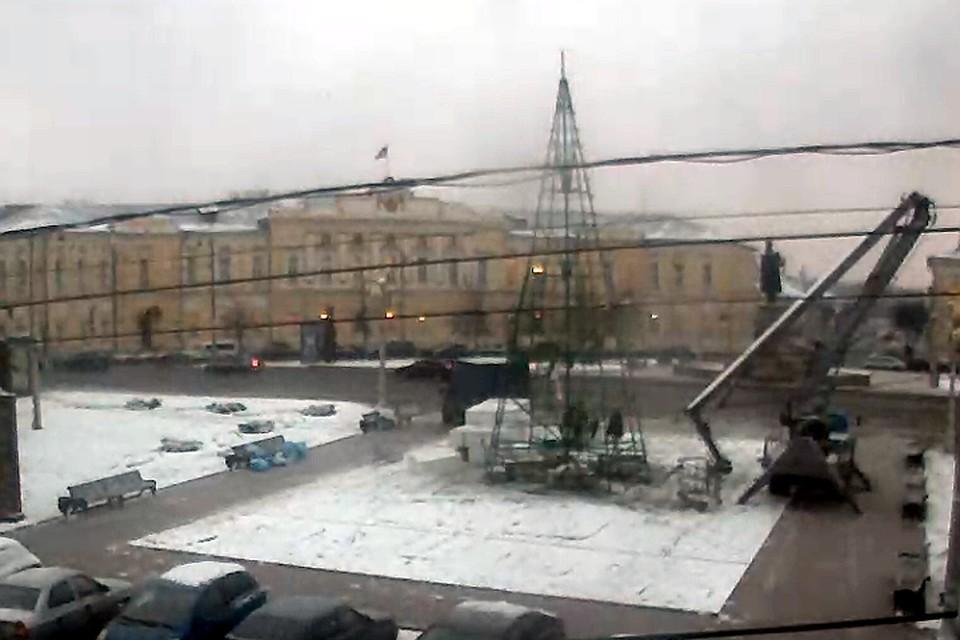 На площади Ленина устанавливают главную городскую елку Фото: tver.ru (скрин с веб-камеры)