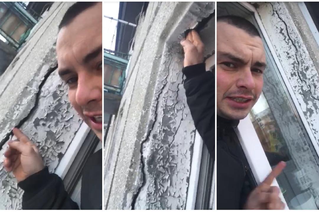 Иркутянин Федор Иванов показывает щели в своем окном проеме. Фото: Федор Иванов