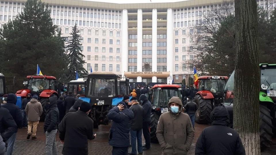 Протест в центре Кишинева становится политическим.