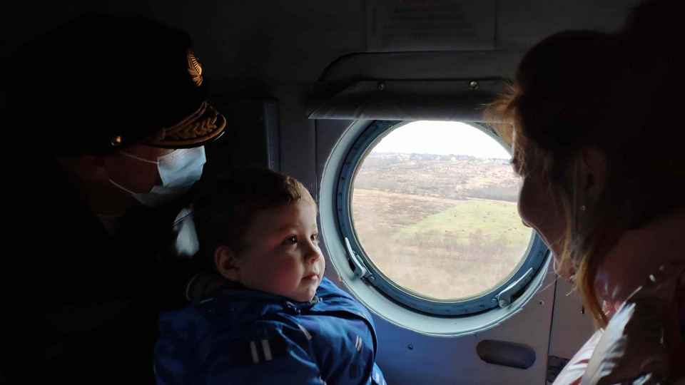 Дима Миронов оказался бесстрашным летчиком. Мальчишку и его маму прокатили над военной гаванью, над кораблями, судоремонтным заводом и его родным домом в Балтийске.