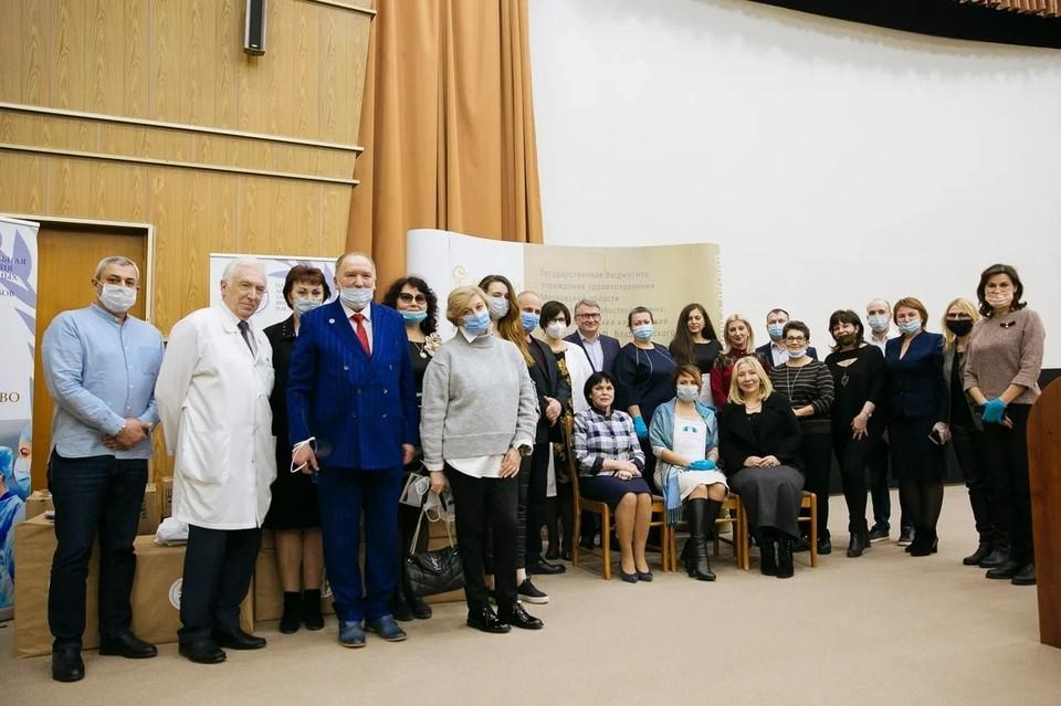 Ассоциация заслуженных врачей и наставников вручила подарки медикам. Фото: Национальная Ассоциация Заслуженных врачей и наставников