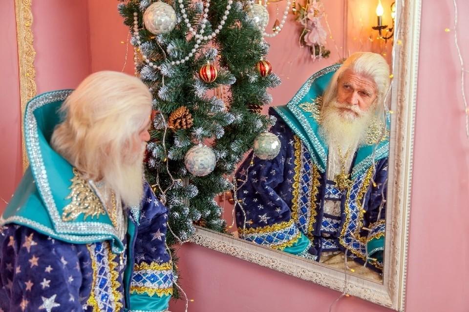 Каждый Новый год крымский Дед Мороз берет красный мешок с подарками и поздравляет случайных прохожих. Фото: Личный архив Александра Неоса