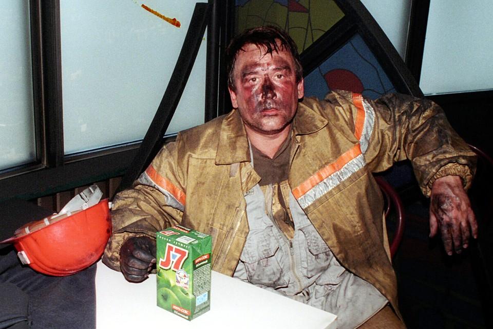 """Фотокорреспондент """"Комсомольской правды"""" Владимир Веленгурин в ресторане Седьмое небо во время пожара в Останкино. Владимир выполнял поручение: сфотографировать состояние тросов, держащих башню. Так как у спасателей не было своего фотографа"""