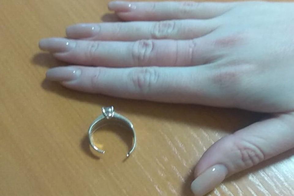 Девушка пожаловалась на то, что не может снять с пальца кольцо.