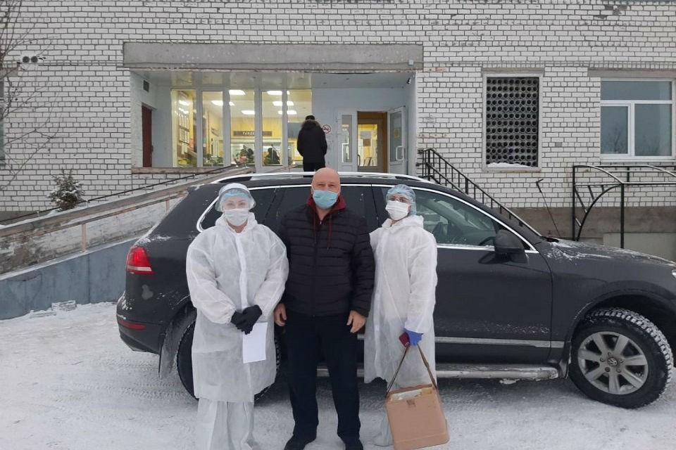 Александр Шестак помогает медработникам Ловозерской больницы.