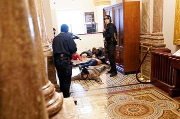 В вашингтонском Капитолии пролилась кровь: охранник выстрелил в сторонницу Трампа