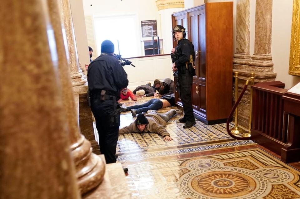 Сторонники Трампа пытаются штурмовать вашингтонский Капитолий. Фото: Andrew Harnik/AP/EAST NEWS