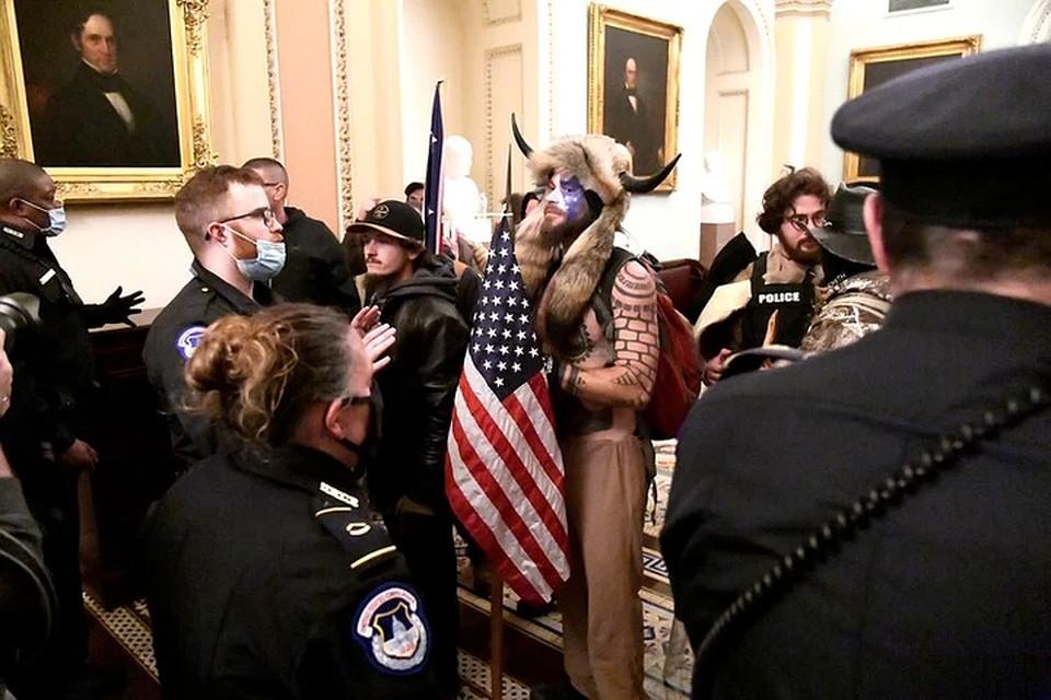 Самый яркий персонаж вчерашних беспорядков – «викинг» в шаманской шапке с рогами