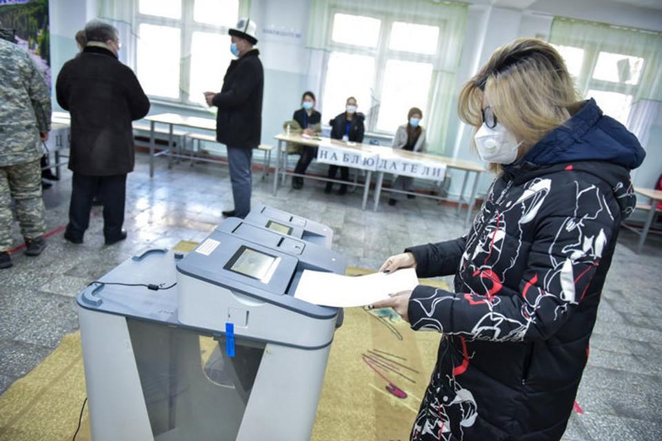 В Кыргызстане продолжается голосование на выборах президента и референдуме.