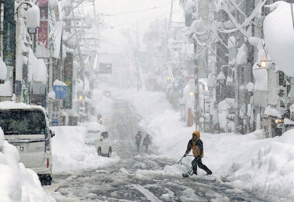 Восемь человек погибли из-за снегопадов в Японии