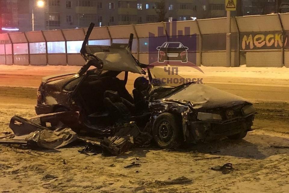 В Красноярске пострадавшего в аварии водителя пришлось вырезать спасателям. Фото: ЧП Красноярск