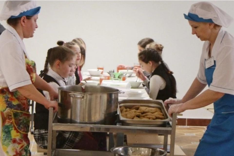 Горячее питание в школах Иркутской области организуют в столовых.