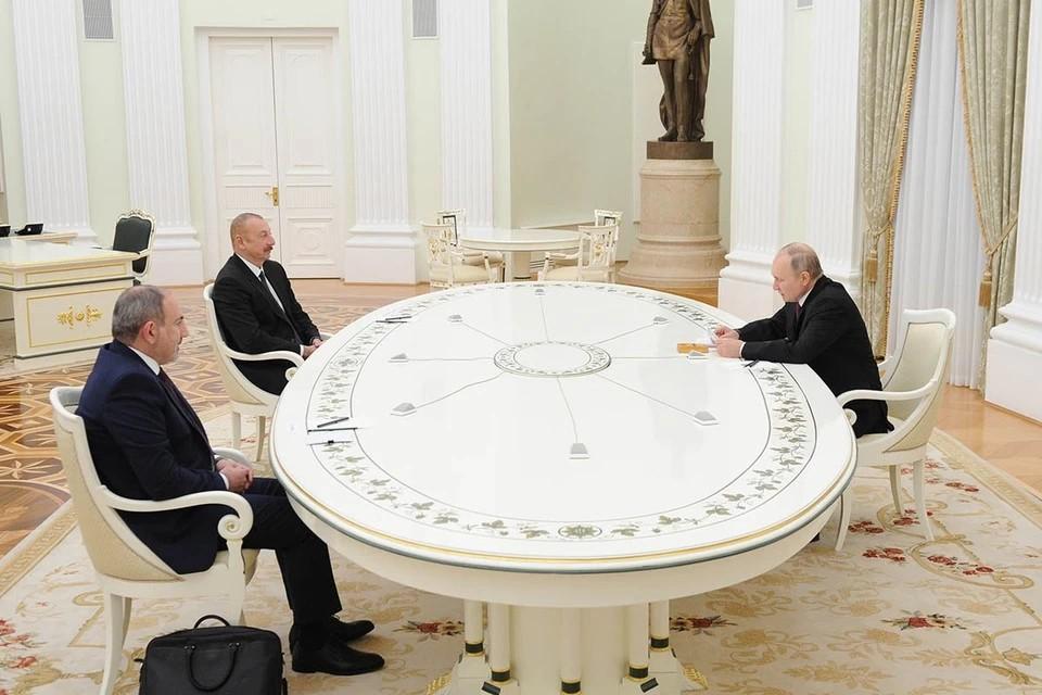 Путин обнял Алиева и Пашиняна на встрече в Кремле. Фото: Михаил Климентьев/ТАСС
