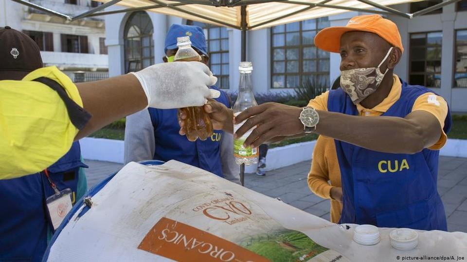 Настойку из полыни на Мадагаскаре продают на розлив, а в Молдове даже нужную травку найти сложно. Фото: dw.com