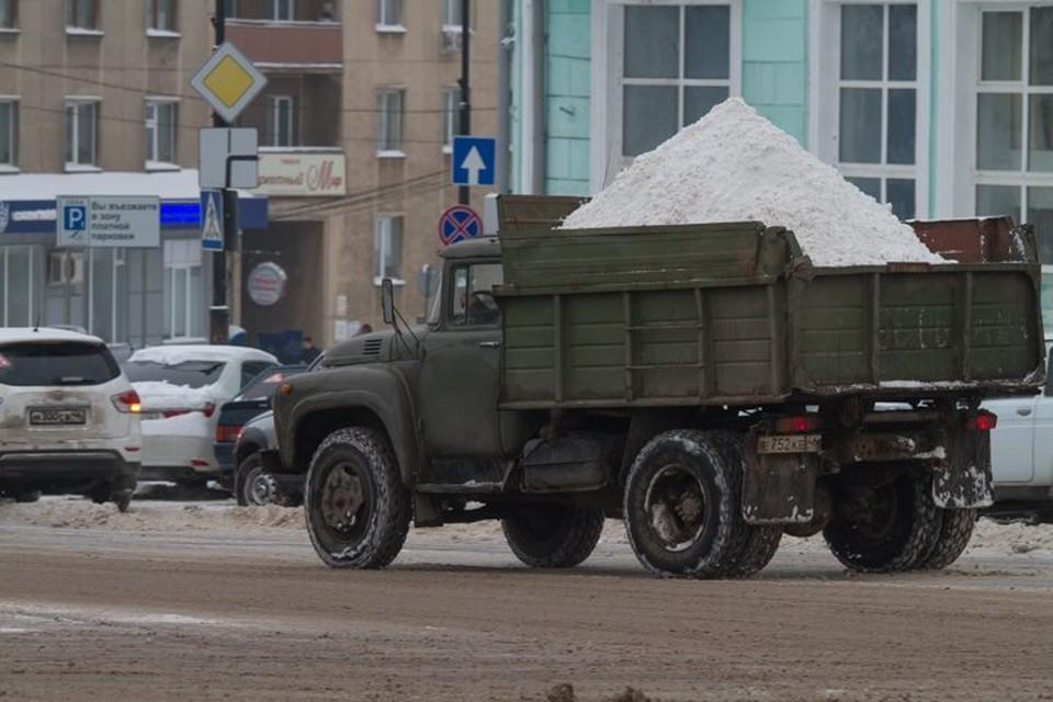 Сейчас дорожники и коммунальные службы продолжают расчистку улиц города