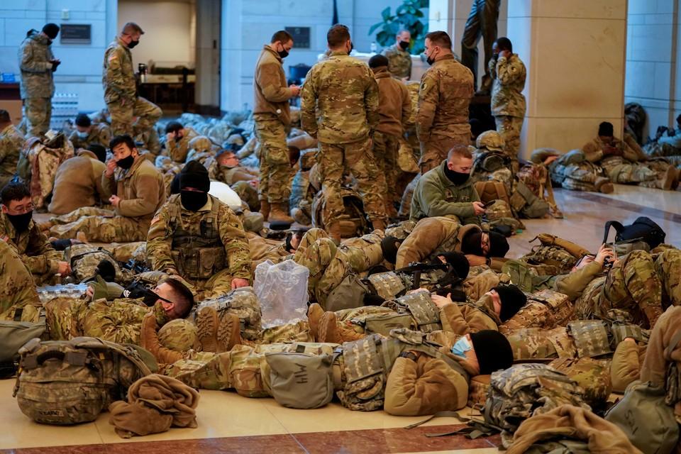Мир обескуражили кадры нацгвардейцев, спящих в Капитолии.