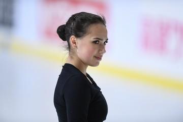 Алина Загитова выложила видео, как в купальнике в мороз прыгает в заснеженный бассейн