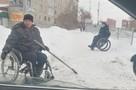 Судьба сибиряка на коляске, который чистил снег во дворе, сильно изменилась после публикации фото в соцсетях