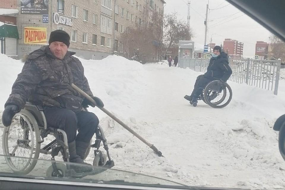 Николай (на фото слева) с другом решил почистить парковку и прославился в соцсетях. Фото: Ксения СЫРЦОВА/«Подслушано в Искитиме».