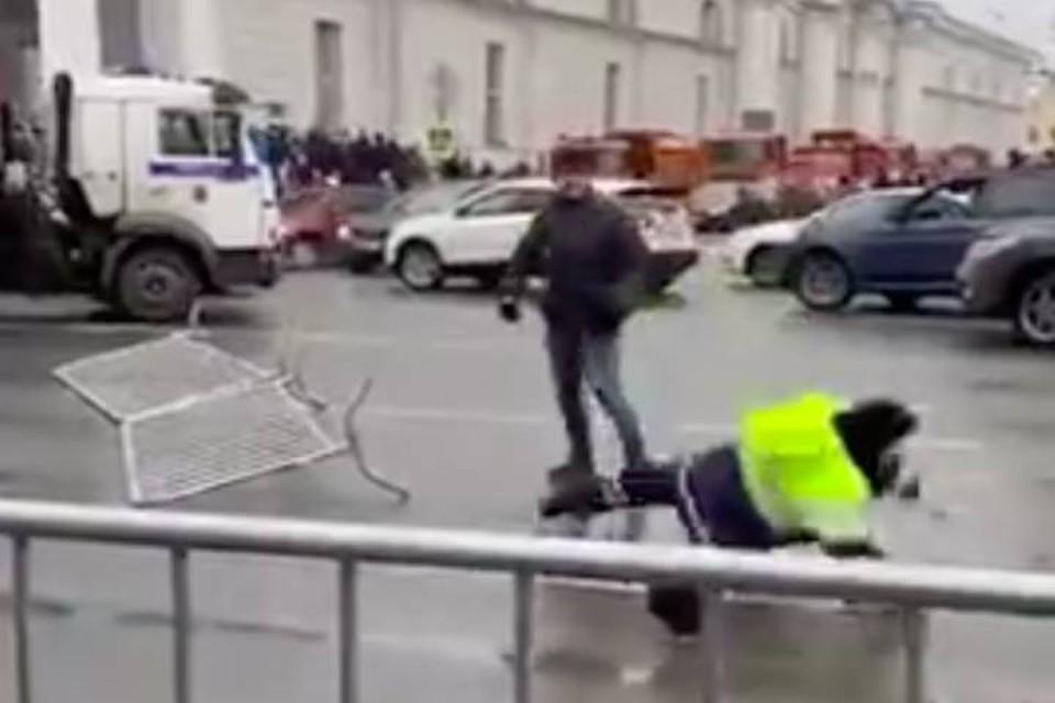 Мужчина напал на полицейского на несанкционированном митинге в Санкт-Петербурге 23 января 2021 года