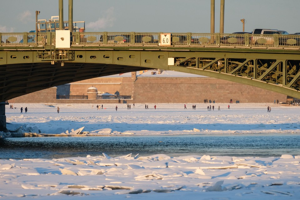 Дрейфующих на оторвавшейся льдине двух рыбаков спасли сотрудники МЧС в Петербурге