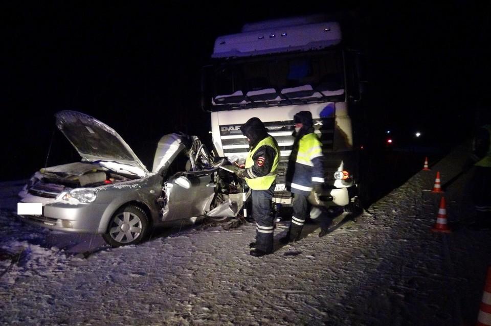 Погибшего мужчину из искореженной машины пришлось доставать спасателям Фото: УГИБДД по Свердловской области