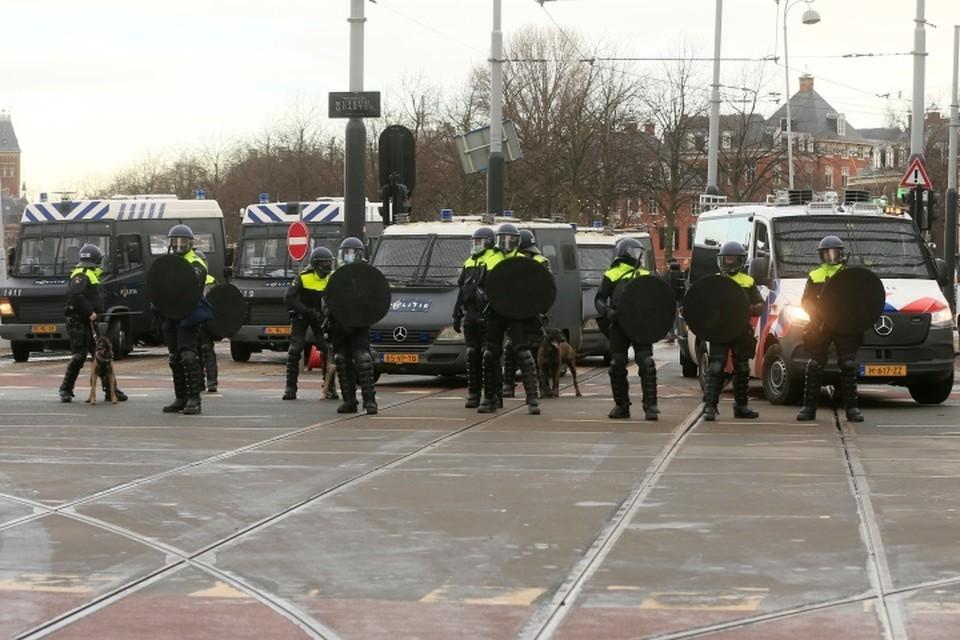 В Амстердаме полиция применила водометы для разгона митингующих