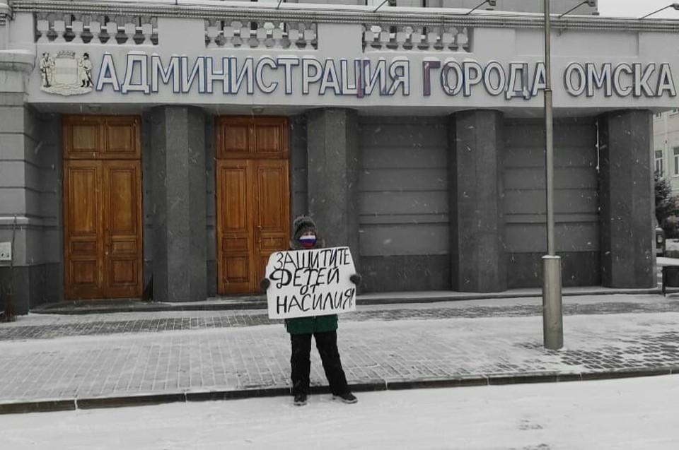 Валентина вышла на одиночный пикет перед зданием мэрии.