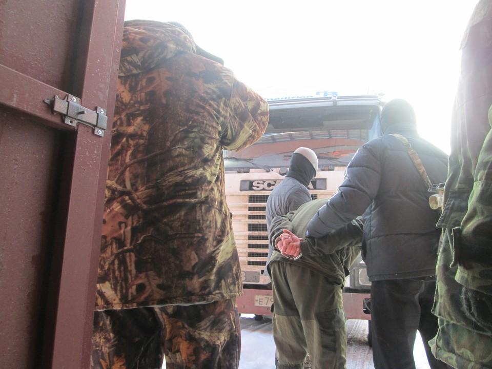 Среди бела дня силовики проводят задержание «подпольного нефтяника» прямо возле нелегального хранилища