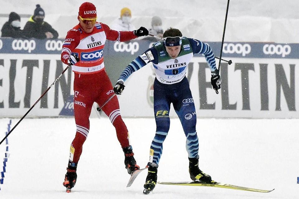 Александра Большунова подрезал финский гонщик, а наш спортсмен сначала пытался ударить его палкой, а потом специально врезался в него на финише, сбив с ног.