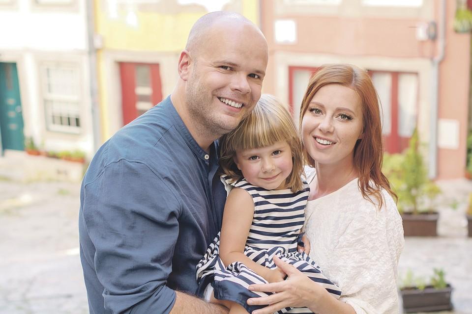 Юлия с мужем Александром живут в Москве, а их дочь - в Португалии с бабушкой и дедушкой. Фото: Личный архив
