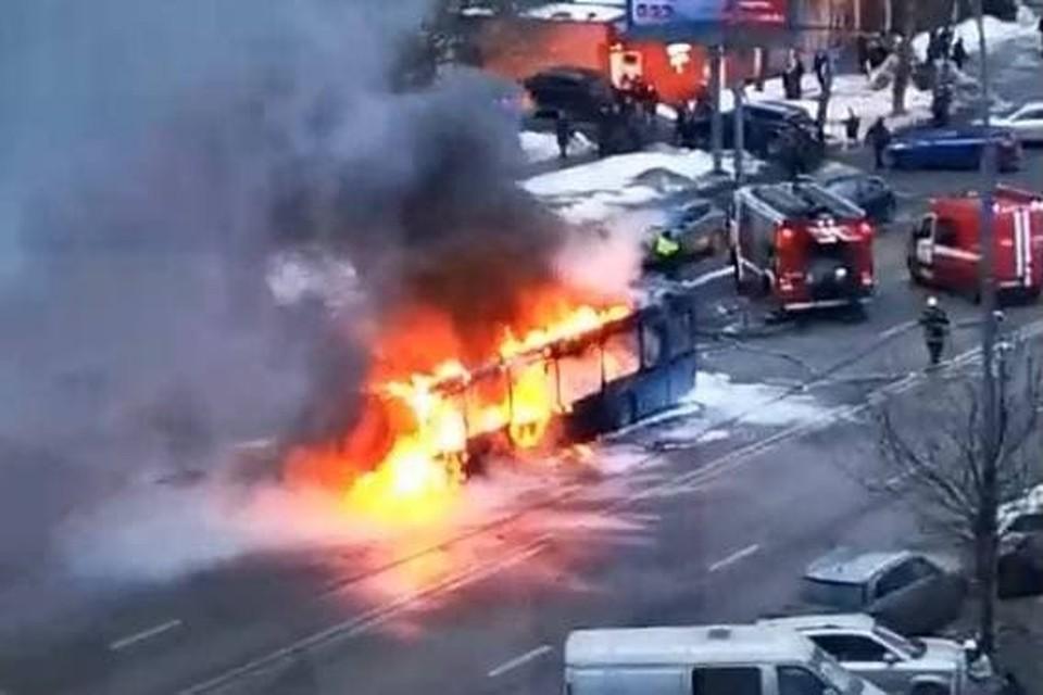 В Москве на улице Наметкина загорелся автобус № т72, дорогу временно перекрыли