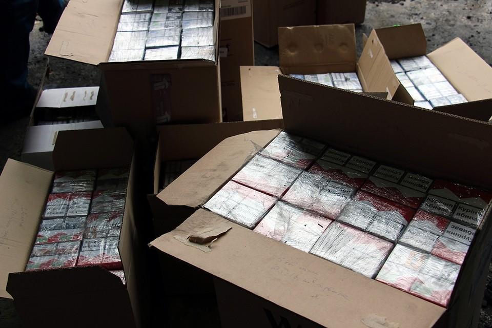 Большая часть нелегального курева идет из Белоруссии. По оценкам экспертов, каждая фура приносит владельцам теневого бизнеса до миллиона долларов