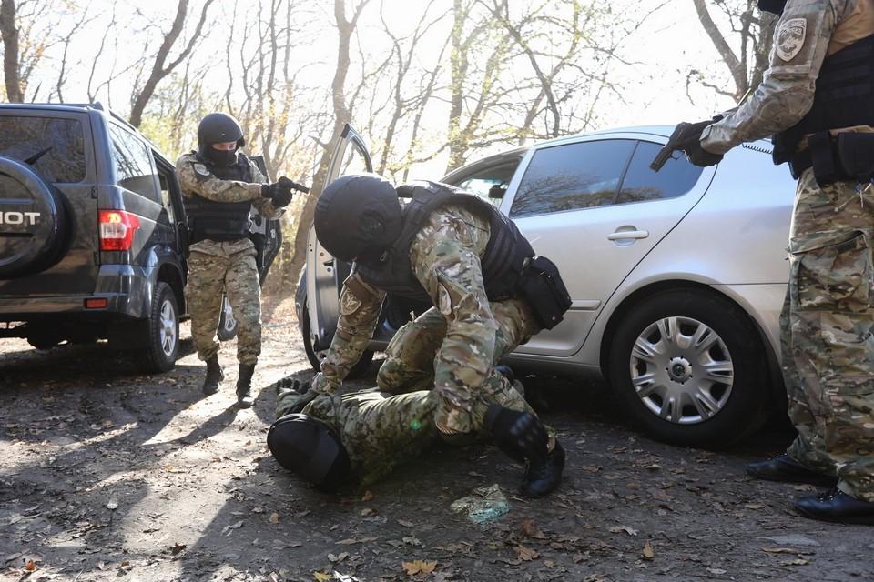Двоих боевиков задержали при попытке вскрыть схрон с оружием в Дагестане