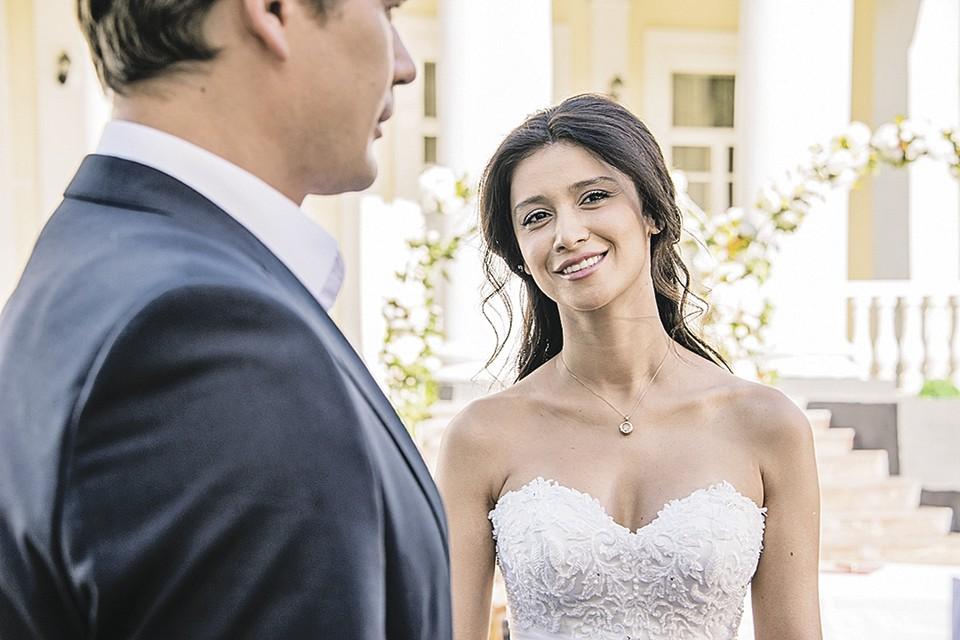 Равшана Куркова сменила робу дворничихи из «А у нас во дворе...» на платье невесты. Фото: Первый канал
