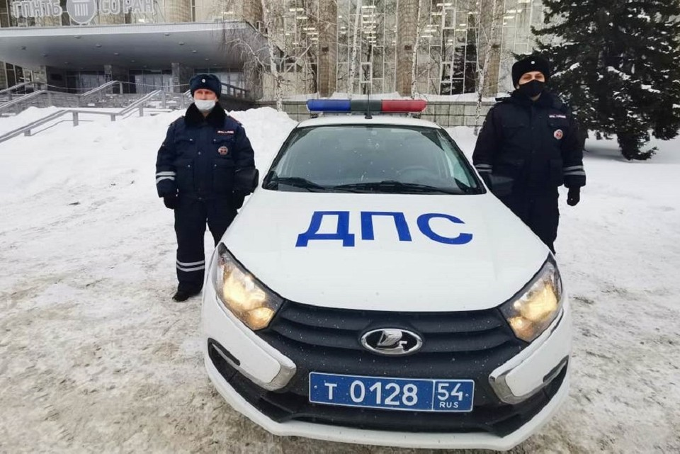 Мужчине помогли капитан полиции Евгений Матвиенко и старший лейтенант полиции Дмитрий Минеев. Фото: ГИБДД по НСО.